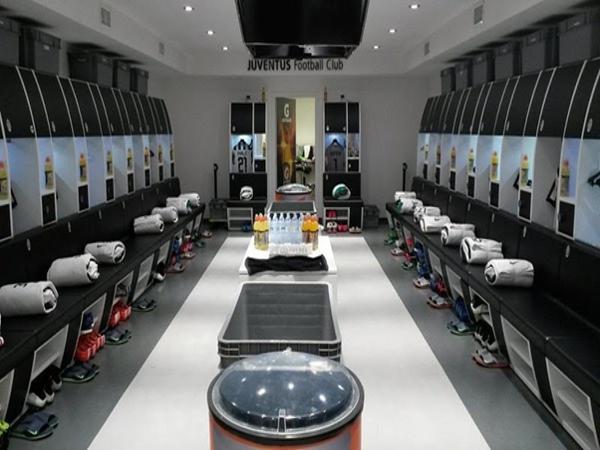 Phòng thay đồ đầy đủ tiện nghi, đồ dùng cho các cầu thủ trong đội bóng.
