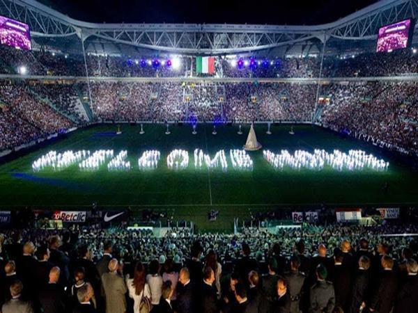 Lượng cổ động viên đông đúc tại sân Juventus.